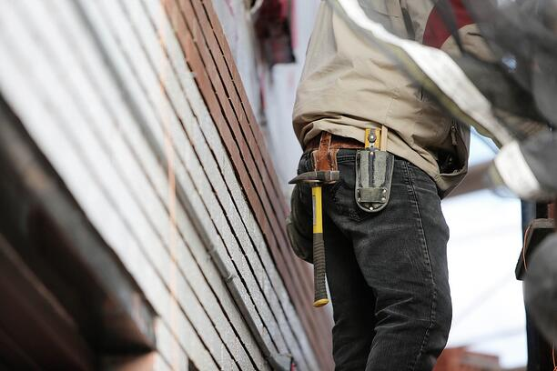 construction-worker-home-siding-project